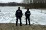 Pękł lód pod dziećmi. Uratowali je policjanci.